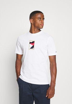 ICON FLAG TEE - T-shirt med print - white