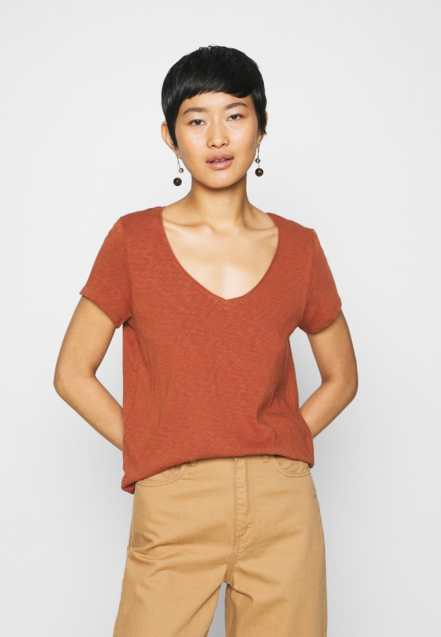 Jednoduché triko - cinnamon brown