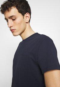 CLOSED - Basic T-shirt - dark night - 3