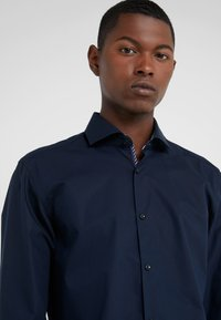 HUGO - KERY SLIM FIT - Camicia elegante - navy - 4