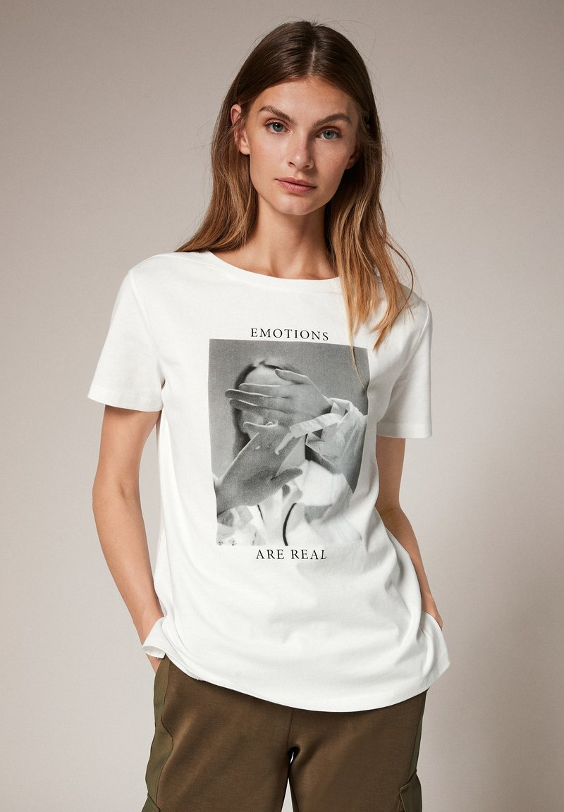 comma casual identity - MIT FOTOPRINT - Print T-shirt - white placed print