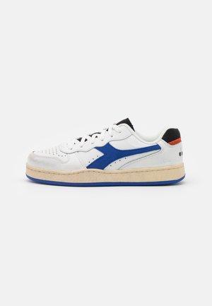 MI BASKET ICONA UNISEX - Sneakers laag - white/amparo blue/orangeade