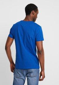 Tommy Hilfiger - LOGO TEE - T-shirt z nadrukiem - blue - 2