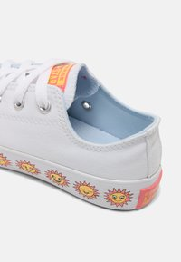 Converse - CHUCK TAYLOR ALL STAR SUNNY SIDE UNISEX - Trainers - white/chambray blue/pink gaze - 4