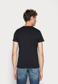Calvin Klein Jeans - ICONIC MONOGRAM SLIM TEE - Triko spotiskem - black - 2
