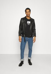 Calvin Klein Jeans - MIRROR LOGO SEASONAL TEE - Print T-shirt - black - 1