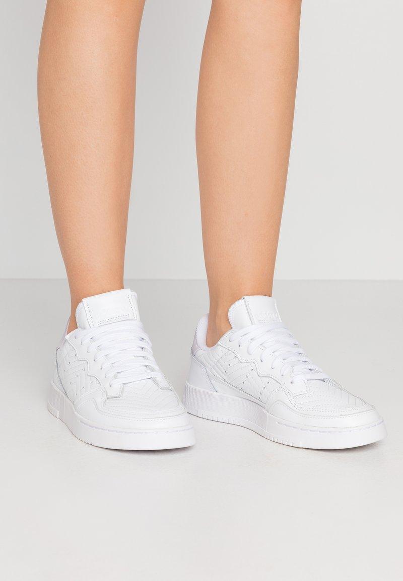 adidas Originals - SUPERCOURT  - Trainers - footwear white/purple tint