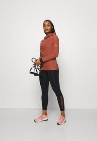 Nike Performance - Fleece jumper - claystone red/metallic gold - 1