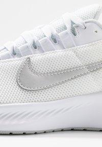 Nike Performance - RUNALLDAY 2 - Neutral running shoes - white/metallic silver/pure platinum - 5