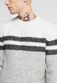 Only & Sons - ONSLAZLO STRIPED CREW NECK - Sweter - cloud dancer - 4