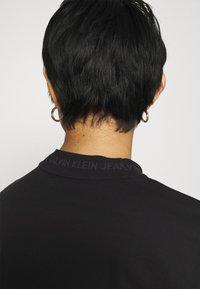 Calvin Klein Jeans - LOGO INTARSIE TEE - T-shirts med print - black - 4