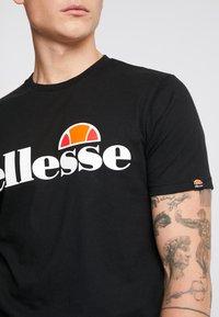 Ellesse - T-shirt con stampa - black - 4