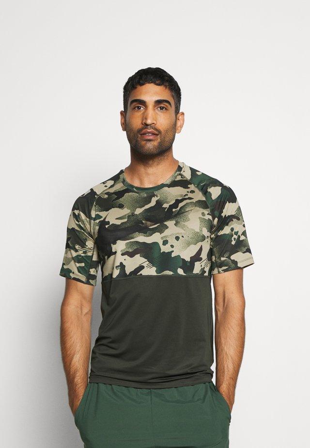 SLIM CAMO - T-shirt z nadrukiem - sequoia/black