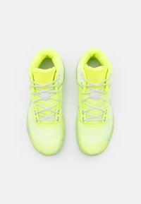 Nike Performance - KYRIE FLYTRAP 4 - Koripallokengät - barely volt/photon dust/volt/aluminum - 3