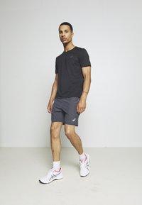 ASICS - RACE - T-shirts print - performance black - 1