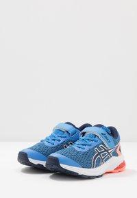 ASICS - GT-1000 9 UNISEX - Stabilní běžecké boty - blue coast/peacoat - 3