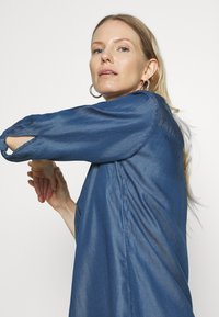comma - Denimové šaty - dark blue - 3