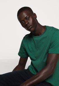 Bruuns Bazaar - GUSTAV BUSTER TEE - Basic T-shirt - dark green - 4