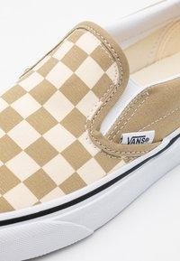 Vans - CLASSIC UNISEX - Slip-ons - cornstalk/true white - 3
