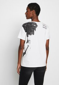 Desigual - T-shirts med print - blanco - 2