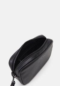 Guess - SCALA SMALL NECESSAIRE UNISEX - Trousse de toilette - black - 2