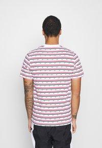 Nike Sportswear - Print T-shirt - white/university red/obsidian - 2