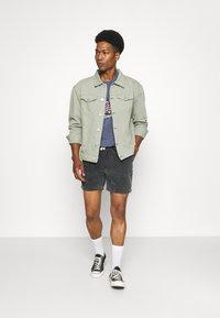 Mennace - SUNDAZE TRUCKER JACKET - Denim jacket - green - 1