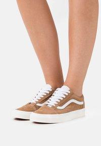 Vans - OLD SKOOL - Trainers - brown sugar/snow white - 0
