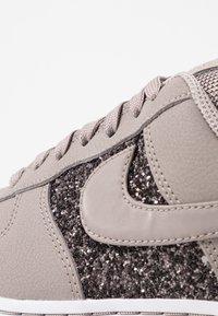Nike Sportswear - AIR FORCE 1 - Sneaker low - pumice/white - 2