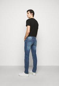 Emporio Armani - 5 POCKETS PANT - Slim fit jeans - blue denim - 2