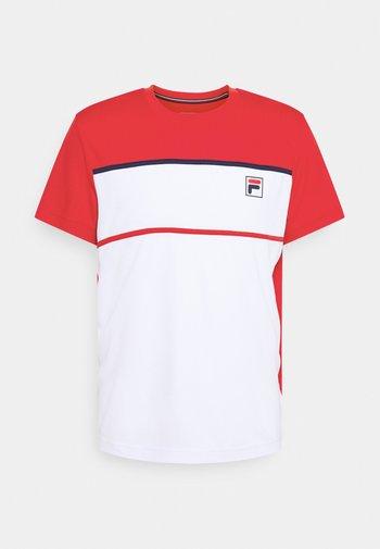 STEVE - T-shirts med print - white/fila red