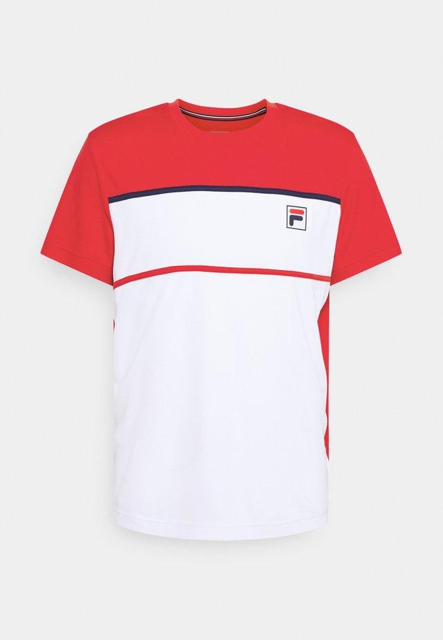 STEVE - Triko spotiskem - white/fila red