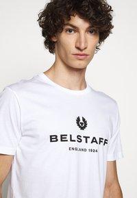 Belstaff - T-shirt con stampa - white - 3