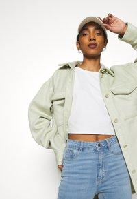 Monki - BENNIE - Skjorte - green dusty light - 4