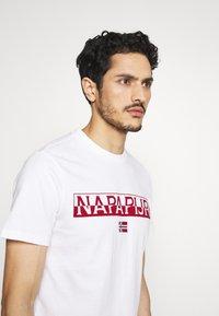 Napapijri - SARAS SOLID - Print T-shirt - bright white - 4