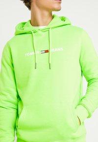 Tommy Jeans - NEON SMALL LOGO HOODIE - Felpa con cappuccio - green geco - 5
