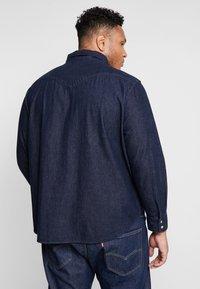 Levi's® Plus - BIG CLASSIC WESTERN - Vapaa-ajan kauluspaita - dark blue denim - 2