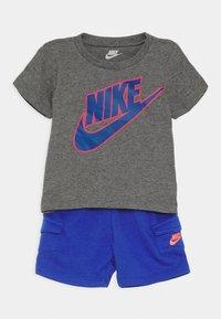 Nike Sportswear - CARGO SET - Triko spotiskem - hyper royal - 0