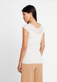Rosemunde - REGULAR WIDE - T-shirts med print - ivory - 2