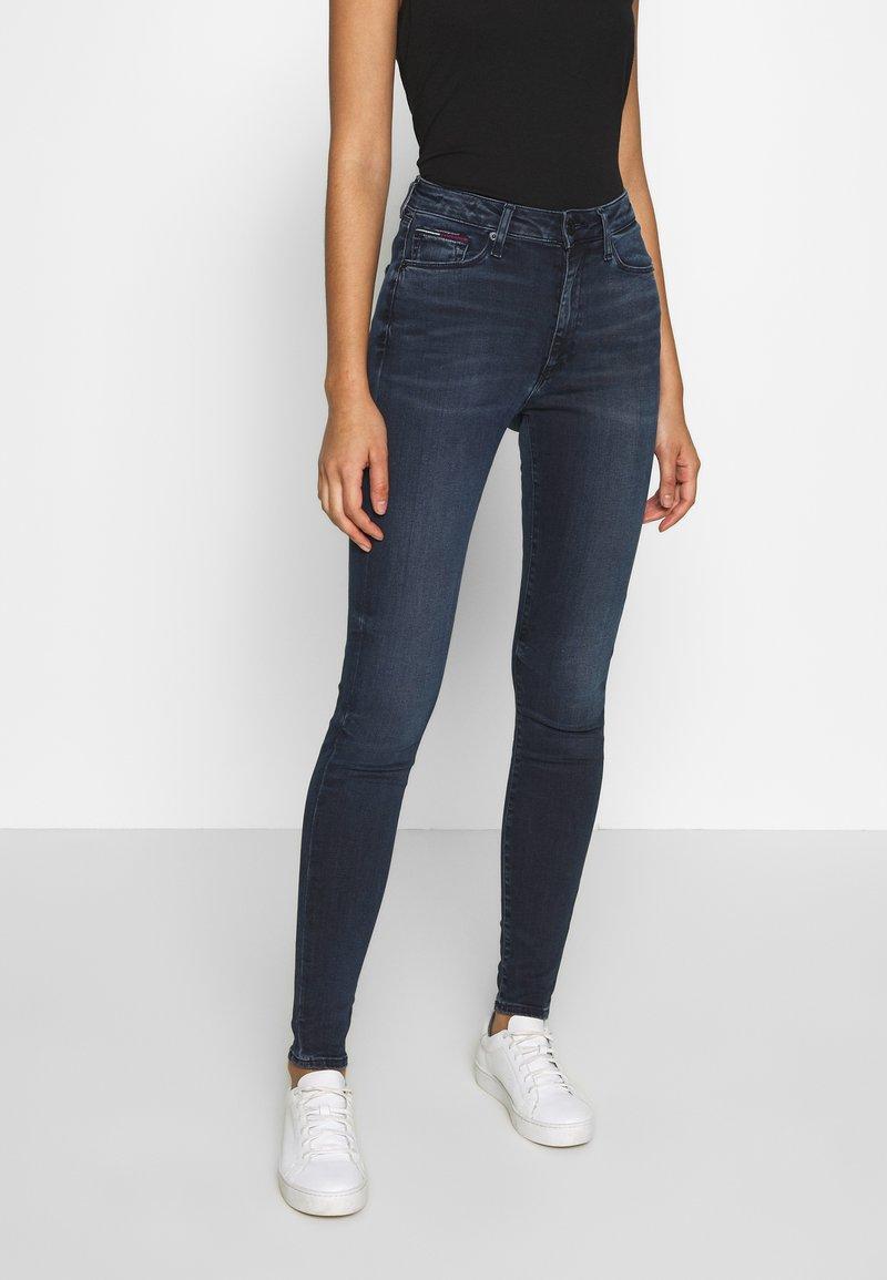 Tommy Jeans - SYLVIA HIGH RISE SUP SKY - Skinny džíny - dark-blue denim