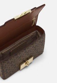 DKNY - HEIDI CONVERTIBLE  - Across body bag - mocha/caramel - 3