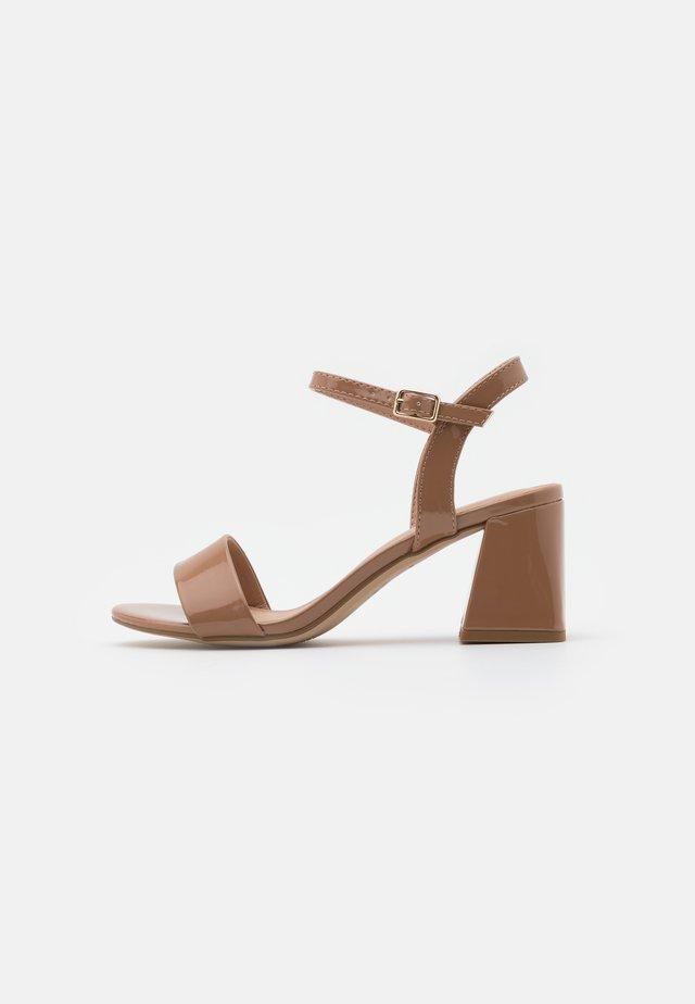 FLARE MID HEEL - Sandalias - camel