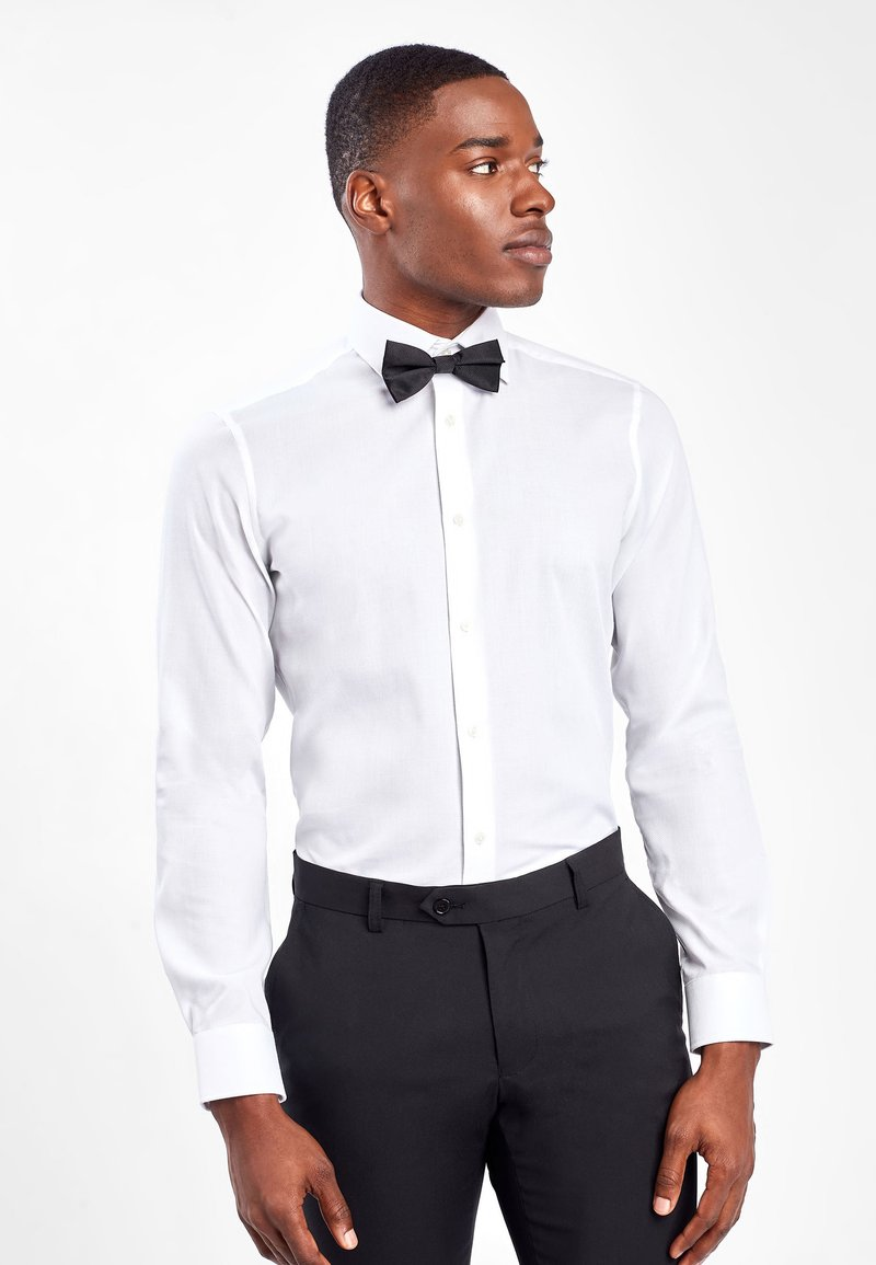 Next - WHITE SLIM FIT SINGLE CUFF WING COLLAR SHIRT WITH BOW TIE AND PO - Formal shirt - white