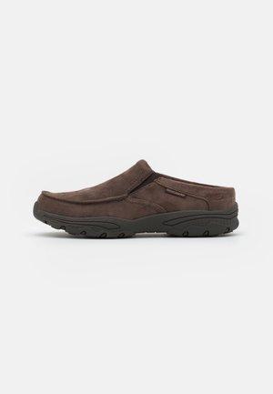 CRESTON - Slippers - chocolate