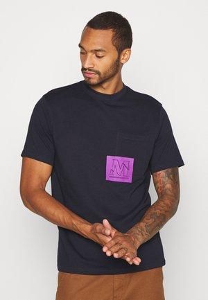 OVERLAP POCKET PRINT - T-shirts basic - navy