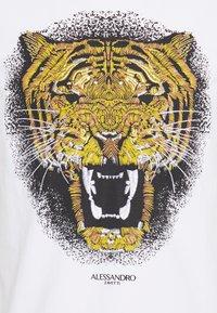 Alessandro Zavetti - GROWLER - Printtipaita - white/gold - 4