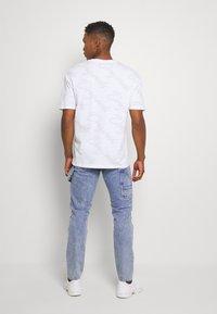 Jack & Jones - JJIMIKE JJUTILITY - Slim fit jeans - blue denim - 2