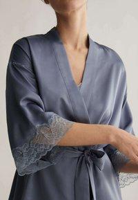 OYSHO - MIT SPITZE - Dressing gown - dark blue - 2