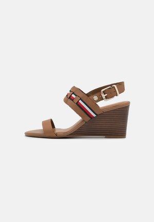 INTERLACE MID - Wedge sandals - summer cognac