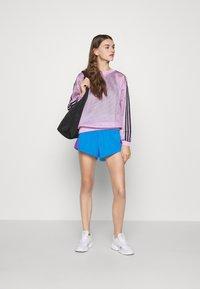adidas Originals - ADICOLOR SLIM - Szorty - blue/shock pink - 1